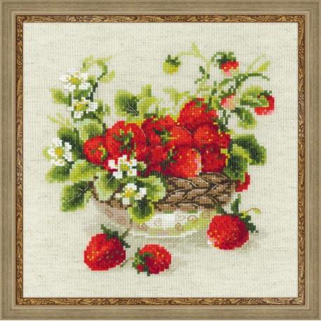 Садовая клубника, набор для вышивания крестиком 30х30см нитки шерсть Safil 19цветов Риолис