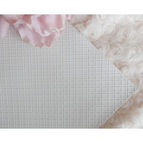 Белый в квадратик, кожа искусственная 33х69(±1см) плотность 440 г/кв.м.