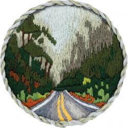 Брошь. Дорога в лесу, набор для вышивания гладью 5,5х5,5см 16цветов Panna